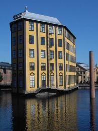 Bývalá textilka, postavená uprostřed řeky Motaly vletech1916–1917, které se přezdívá Žehlička