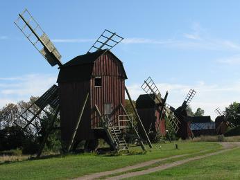 Ulička větrných mlýnů ve Störlinge (východní Öland)
