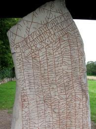 Téměř 4 metry vysoký runový kámen z9.století obsahuje 760run, což představuje nejdelší dochovaný runový nápis na světě