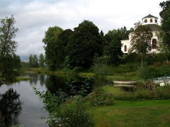Malebné zatiší skostelem Silvbergs kyrka. Kostel je součástí naučného okruhu Silverringen (Stříbrné stezky)