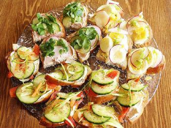 Typické obložené chleby smörgås