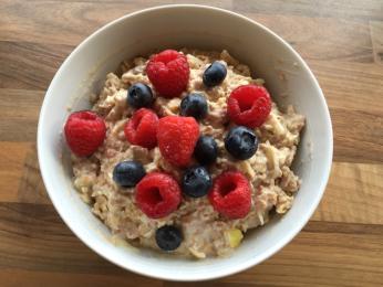 Směs ovoce, ořechů arůzných obilovin je dnes oblíbenou snídaní