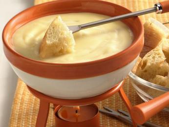 Fondue je kotlík se směsí sýrů, do kterého se máčí bílý chléb