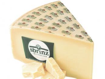 Velmi tvrdý sýr Sbrinz je švýcarským předchůdcem italského parmezánu