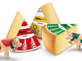 Polotvrdý sýr Tilsiter zkravského mléka se často ochucuje přidáním bylinek