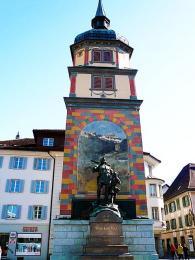 Bronzová socha Viléma Tella ajeho syna na náměstí vAltdorfu