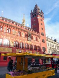Červená budova radnice vBasileji je přes 500let stará