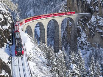 Ikonický Bernina Express vede po viaduktech apřírodou Engadinských Alp