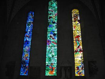 Vitráže sbiblickými náměty vkatedrále Fraumünster vytvořil Marc Chagall