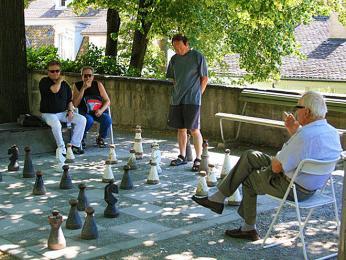 Šachovnice vLindenhofu nabízí možnost hrát šachy pod širým nebem