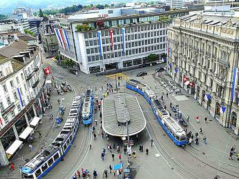 Malé náměstí Paradeplatz je centrem bulváru Bahnhofstrasse