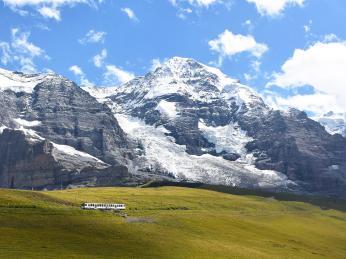 Vláček, který turisty vyveze až do sedla Jungfraujoch v3454mn.m.