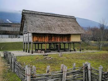 Rekonstrukce obydlí zdoby bronzové varcheologickém parku Laténium