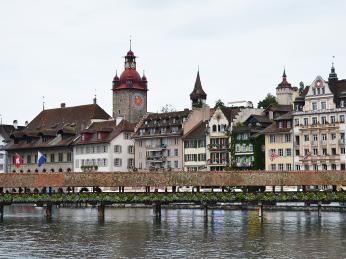 Malovaná průčelí hrázděných domků na severní straně řeky Reuss