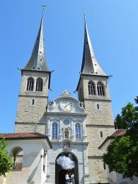 Kostel Hofkirche je věnovaný patronům Lucernu – sv.Leodegarovi a sv.Mořicovi