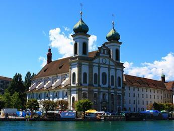 Jezuitský kostel je výraznou dominantou nábřeží Lucernu