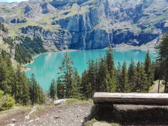 Pohled na jezero Oeschinensee vBernské vysočině