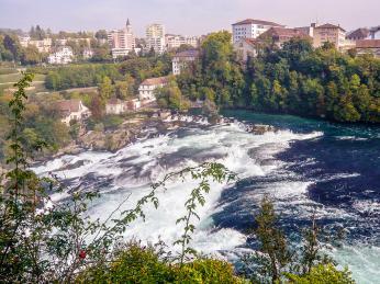 Rheinfall na řece Rýn jsou největší vodopády vEvropě