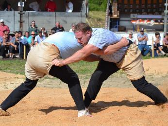 Při zápasu zvaném schwingen mají na sobě soupeři speciální jutové kalhoty