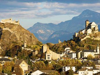 Dva naproti sobě postavené hrady ve městě Sion