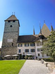 Schloss Spiez na kopci na břehu jezera Thunersee