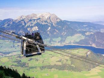Lanovka na Stanserhorn sotevřenou vyhlídkovou plošinou je světový unikát