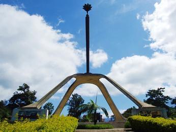 Památník Uhuru, neboli svobody, připomíná nezávislost Tanzanie