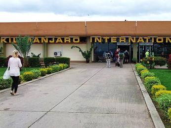 Před letištní budovou Kilimanjaro International Airport