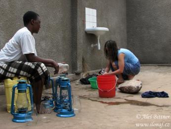 Všeobecný názor vTanzanii je, že mzungu (běloši) žádné domácí práce nedělají aneumí