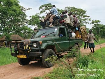 V zapadlých oblastech jezdí místo autobusu džíp, vejít se musí všichni