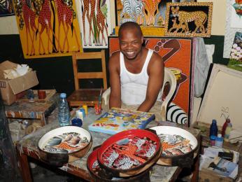Zuberi Daimu z centra Tingatinga malířů