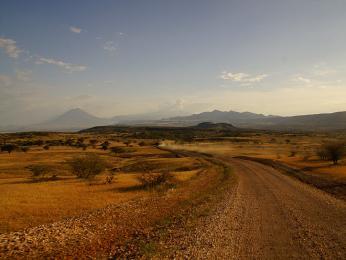 Cesta k jezeru Natron (v pozadí sopka Lengai)
