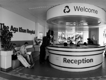 V hlavním městě existuje několik nemocnic na vysoké úrovni, ale vodlehlých končinách Tanzanie je nemocniční péče často nedostupná