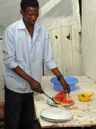 Kenny Kilaka připravuje ovoce na odpolední svačinu pro sebe asourozence