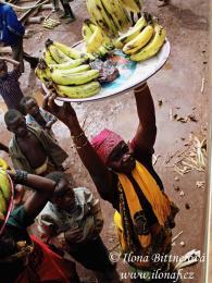 Prodej čerstvých banánů ve vlakové stanici probíhá přímo přes okno