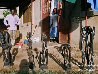 Řezbáři z kmene Makonde vyrábějí klasické turistické předměty i tradiční shetani – rarášky roztodivných podob
