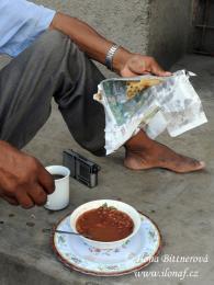 Mezi tradiční snídaně patří i fazole, placky čapátí aranní turecká káva