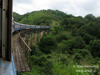 Stará lokomotiva táhnoucí vagóny, které už mají nejlepší léta za sebou
