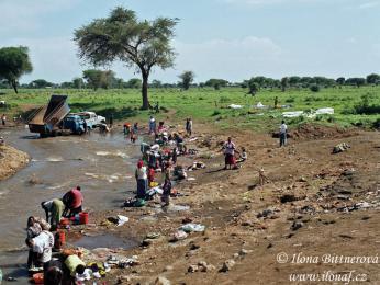 V lednu je na severu Tanzanie vody dost, a tak u řeky myjí všichni všechno