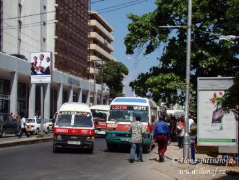 Nejlépe se na cestu doptáte ze zastávky Posta v centru Dar es Salaamu