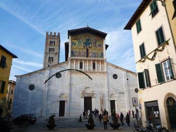 Bazilika San Frediano v Lucce se pyšní mozaikou vpisánském stylu na fasádě