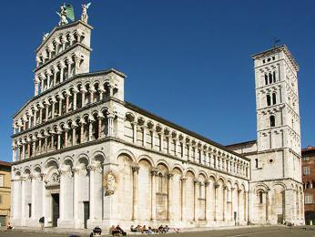 Románský kostel San Michele in Foro má nejvyšší zvonici ve městě