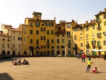 Piazza Anfiteatro – oválné náměstí, které leží na místě někdejšího římského amfiteátru