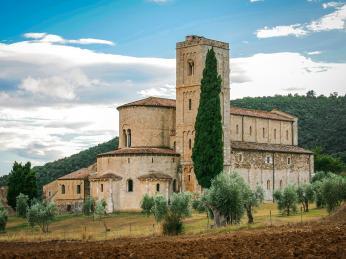 Apsida kláštera Sant´Antimo, který je stále obýván benediktiny