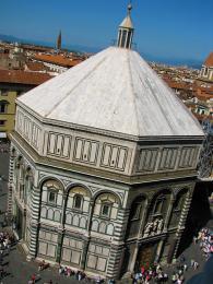 Ke katedrále přilehlé baptisterium Battisterio di San Giovanni vyniká mramorovou gotickou fasádou