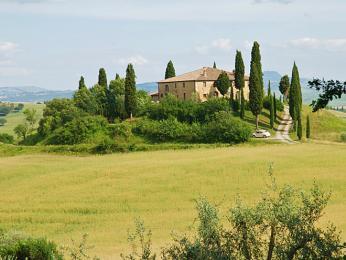 Venkovská vilka zasazená do typické toskánské krajiny voblasti Val d'Orcia