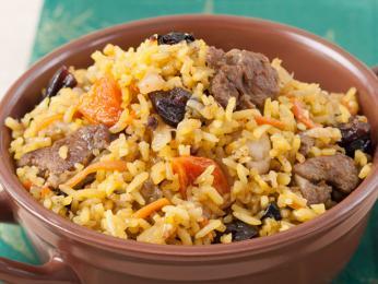 Tatarská specialita pilaf, skopové maso srýží