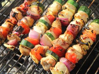 Velmi oblíbený je šašlik, na jehlici ogrilované kousky masa