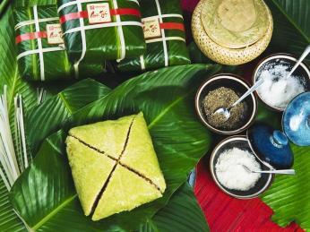 Slaná pochoutka banh chung podávaná během svátku Tet