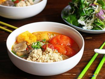 Základem polévky bun rieu může být například krabí maso